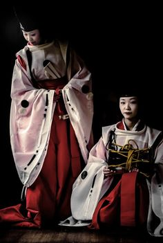 In Heian period style garments. Traditional Fashion, Traditional Art, Traditional Outfits, Heian Era, Heian Period, Kimono Japan, Japanese Kimono, Modern Kimono, Kimono Design