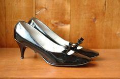 vintage 1960s shoes / black patent leather mod pumps