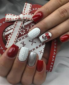 Festive Christmas Nails Art Ideas to Try In December - Nail Art Connect Diy Christmas Nail Art, Christmas Nail Art Designs, Holiday Nails, Simple Christmas, Christmas Offers, Christmas Manicure, Cute Nails, Pretty Nails, Nail Art Vernis