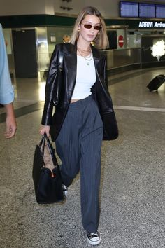 Bella Hadid in Travel Outfit - Arriving in Milan Bella Hadid Style, Outfits, Clothes and Latest Photos. Look Fashion, 90s Fashion, Autumn Fashion, Fashion Outfits, Fashion Trends, Milan Fashion, Gigi Hadid Fashion, Fall Fashion Week, Fashion Bella