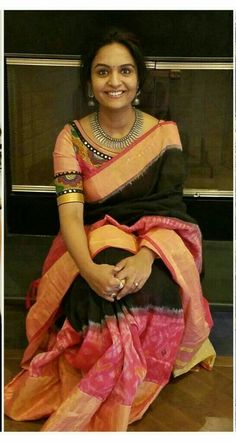 Want to wear kalamkari blouse with plain sarees? Then check out this complete guide on how to shop the right kalamkari blouse design. Kalamkari Blouse Designs, Saree Blouse Neck Designs, Sari Blouse, Blouse Patterns, Kalamkari Blouses, Kalamkari Saree, Checks Saree, Blouse Models, Elegant Saree