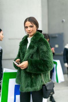 New York Fashion Week Street Style Fall 2017 - Street Style at New York Fashion . - Fashion In The Streets - Best Outfit Ideas Green Fashion, Look Fashion, New Fashion, Trendy Fashion, Autumn Fashion, Fashion Trends, New York Winter Fashion, Womens Fashion, Sporty Fashion