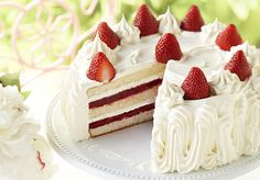 5 easy steps to make @Sandra Lee's Strawberry Cake. We promise it tastes as good as it looks!