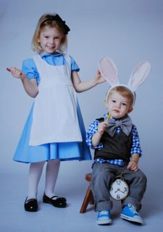 Alice and the White Rabbit - Halloween Costumes for this year Rabbit Halloween, Halloween Kostüm, Family Halloween Costumes, Cool Costumes, Costume Ideas, White Rabbit Costumes, Cinderella Birthday, Alice In Wonderland Tea Party, Halloween Disfraces