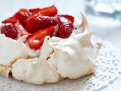 This is a recipe for berry pavlova. It's a meringue cake, topped with macerated berries. Did I mention it's gluten-free? Bolo Pavlova, Anna Pavlova, Meringue Desserts, Meringue Cake, Meringue Food, Meringue Pavlova, Strawberry Pavlova, Strawberry Meringue, Strawberry Recipes