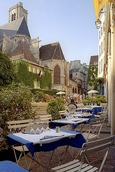 Restaurant Chez Julien with outside tables in front of Eglise Saint-Gervais in Rue des Barres