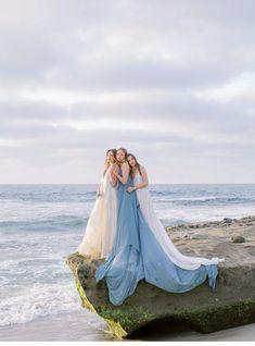Küsten Sirenen vom Winde verweht - Hochzeitsguide ✰ Hawaii Wedding, California Wedding, Southern California, Dusty Blue, Coastal Wedding Inspiration, Silk And Willow, Models, Wedding Blog, Wedding Dress