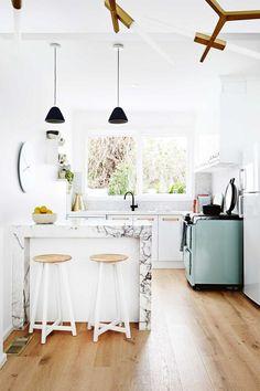 A Cute Mini-kitchen Styling Interior Design Kitchen, Kitchen Decor, Farmhouse Side Table, Farmhouse Sinks, Mini Kitchen, Open Kitchen, Kitchen White, Stylish Kitchen, Cuisines Design
