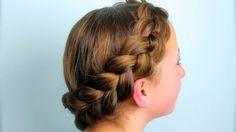 Yuvarlak Holandalı Saç Örgü Modeli Nasıl Yapılır - Düğün, mezuniyet balosu, kutlama vb özel anlarınızda pratik şekilde uygulayabileceğiniz yeni trend saç modelleri, saç örgü modelleri, saç toplama teknikleri, en güncel kısa ve uzun saç modellerini sizler için biraraya getirdik. Güzel görünmek ve mükemmel saçlar için videomuzdan ilham alarak bir kaç deneme ile istediğiniz sonuca ulaşabilirsiniz.