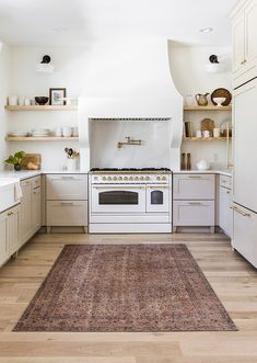 Kitchen kitchen and decor ideas for all of your dream kitchen needs. Modern kitchen inspiration at its finest. Fixer Upper, Navy Kitchen, Grace Kitchen, Diy Home, Home Decor, Minimal Kitchen, Kitchen Hoods, Kitchen Hardware, Cabinet Hardware
