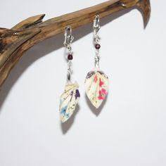 Boucles d'oreilles en origami en forme de feuille beige clair à motif fleuris (rose, bleu et violet) : Boucles d'oreille par mellerouge