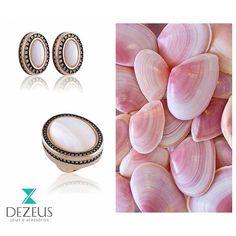 Bom dia! A madrepérola é um material natural, é a substância que reveste o interior das conchas, sendo o principal componente da pérola. Suas cores variam do branco a diferentes tons de rosa, tornando cada peça única e inigualável.