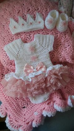 Crochet Baby Girl Crochet white with pink ruffled onsie set. Baby Girl Crochet, Crochet Baby Clothes, Newborn Crochet, Crochet For Kids, Knit Crochet, Crochet Blanket Patterns, Baby Blanket Crochet, Baby Patterns, Crochet Baby Costumes