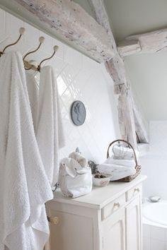 Le désir d'illuminer cette salle de bain s'exprime par le choix du blanc pour les tuiles, le petit meuble, les linges et les serviettes. French country home. (Houzz)