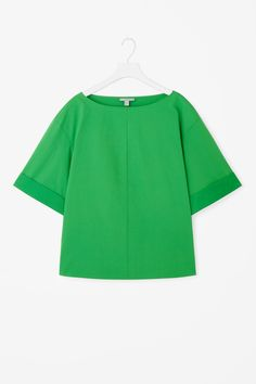 This wide-cut top is made from a smooth cotton poplin. A boxy fit, it is completed with short sleeves, a wide neckline and a straight hemline.