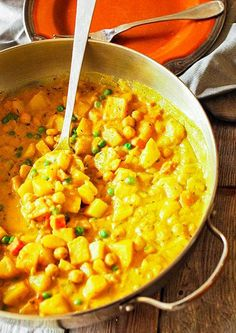 Spicy vegan potato curry, delicious and creamy potato, with carrots, chickpeas and green peas / omit chickpeas for paleo Jamaican Recipes, Curry Recipes, Veggie Recipes, Indian Food Recipes, Vegetarian Recipes, Cooking Recipes, Healthy Recipes, Low Fat Vegan Recipes, Potato Recipes