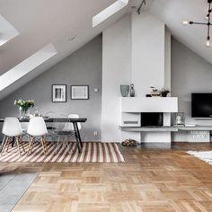 Odengatan 14A | #Östermalm  Exklusiv vindsvåning med alla rätt och golvarea om hela 190 kvm. Här bor ni med stora sociala ytor, öppen planlösning, generös takhöjd, öppen spis och hiss rakt in i bostaden. Två terrasser erbjuder plats för både mat- och loungegrupp och många soltimmar. Stort badrum med bubbelbad, bastu och tvättmöjligheter och separat gäst-wc. Våningen har genomgående påkostade materialval och ligger stillsamt belägen mellan två vackra innergårdar intill Lärkstan.