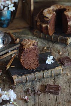 Cuando preparé estas Magdalenas de calabaza, tuvieron tanto éxito que las hice en varias ocasiones, así que he la he adaptado a esta variante con chocolate y está...uhmmmmm  IngredientesPara un molde