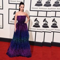 Singer and songwriter #KaceyMusgraves looked #pretty in her #peacock #ombregown hitting the #redcarpet.
