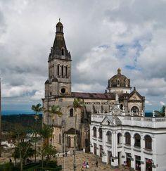 En la ladera de la montaña, entre valles de fértiles campos, senderos que conducen a cascadas, grutas que sumergen al inframundo y pozas de aguas cristalinas se encuentra el Pueblo Mágico de Cuetzalan, Puebla.