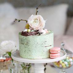 Vacker tårta fylld med hallonfrosting och lemon curd, och täckt med en vanilj- & marängsmörkräm.