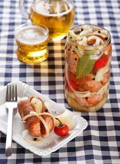 příjemně pikantní utopenci - nálev je tak akorát kyselý a mezi přáteli se po nich zaručeně zapráší! Czech Recipes, Caprese Salad, Food And Drink, Cooking Recipes, Fish, Homemade, Canning, Meat, Vegetables