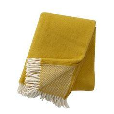 Addera lite färg till ditt hem med den härliga Vega ullpläd från Klippans Yllefabrik. Pläden är tillverkad i ren lammull och är försedd med ett diskret mönster och dekorativa fransar i vitt. Placera pläden i soffan eller favoritfåtöljen och kombinera den med matchande textilier för en komplett look! Välj bland olika färger.