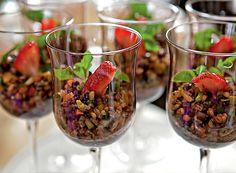 Salada de grãos integrais com leguminhos crocantes e frutas secas