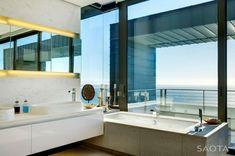 Une des multiples salles de bain design de cette belle demeure