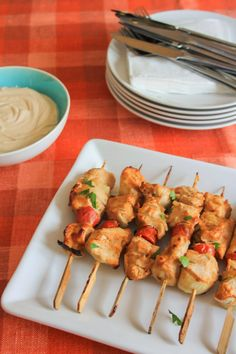 Chicken kebabs with yoghurt dip Greek Yoghurt, Fish Dishes, Greek Recipes, Kid Friendly Meals, Poultry, Food Processor Recipes, Shrimp, Dips, Food And Drink