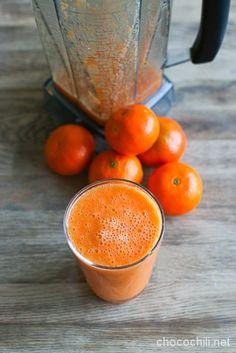 Tällä kertaa lasiin päätyi talvikauden oranssi parhaimmisto: persimoneja, klementiinejä ja porkkanoita. Nam! Persimonit kuuluvat ehdottomasti kärkipäähän suosikkihedelmieni listalla, ja niitä saa…