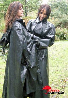 Come on, let's help them close the cape - Outfit Fashion Green Raincoat, Pvc Raincoat, Hooded Raincoat, Hooded Cloak, Plastic Raincoat, Mackintosh Raincoat, Rain Fashion, Haute Couture, Rain