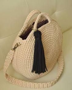 Free Crochet Bag Crochet Purses Knit Crochet Collar Pattern T Shirt Yarn Learn To Crochet Diy Bags Sewing Hacks Cross Stitching Crochet Clutch, Crochet Handbags, Crochet Purses, Crochet Bags, Crochet Hooks, Love Crochet, Knit Crochet, Patron Crochet, Crochet Round