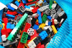 How to wash dirty Legos. Cleaning Toys, Household Cleaning Tips, Cleaning Hacks, Cleaning Solutions, Storage Solutions, Lego Hacks, Lego Mosaic, Lego Toys, Homemade Cleaning Products