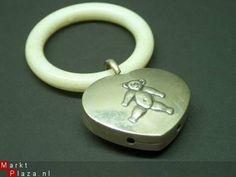 Zilveren Rammelaar met bijtring van kunststof Keur: 835 en nog 3 moeilijk te zien, keuren. Grootte ring: 5 cm Grootte Hart: 4 x 3,5 x 1 cm. Afbeelding: Beertje Rammelt bij het schudden. Verzendkosten: 2 euro in een bubbelenvelop code ohmp