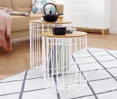 79,95 € | Tieto dva stolíky z našej série nábytku v severskom štýle majú rovnaký vzhľad a rozličné veľkosti. Majú odnímateľné dosky s dyhou z pravého jaseňového dreva a nadčasové drôtené konštrukcie.