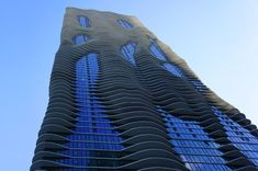 Architect Jeanne Gang - winner of the MacArthur Genius Grant. Pictured with Aqua Tower in Chicago. Futuristic Architecture, Architecture Design, Aqua, Water Ripples, Green Building, Skyscraper, Studios, Chicago, Tower