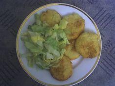 Bramborové placky a salát.