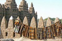 Esta es la Gran Mezquita de Djenné, Malí. Es el edificio de ladrillos de barro (adobe) más grande del mundo. Más, incluyendo un video en www.naturalhomes.org/es/homes/great-mosque-djenne.htm
