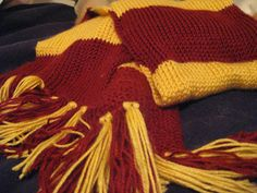 Harry Potter Scarf - free crochet pattern - love that the crochet looks like knitting! Harry Potter Gryffindor Scarf, Harry Potter Crochet, Ravenclaw, Love Crochet, Knit Crochet, Crochet Hats, Crochet Things, Crochet Clothes, Stitch Crochet