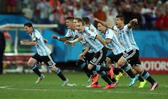 VICTORIA. Los jugadores de Argentina festejan luego del triunfo frente a Holanda. (TELAM/Fernando Gens)