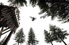 La cabeza me da vueltas mi cuerpo flota el corazón se desboca y solo deseas una cosa: MÁS | Que nadie te robe ni un solo segundo de felicidad  #nuevazelanda #newzealand #naturaleza #nature #arboles #trees #bicicleta #bike #salto #jump #mountainbike #brandonsemenuk // Fot.: Red Bull