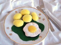 """Což takhle dát si špenát? Jídlo z plsti pro malé kuchařinky a kuchaříky do dětské kuchyňky. Sada obsahuje: 2 bramborové knedlíky nebo 4 brambory ( můžete si vybrat), 1 maso, špenát, vejce- 1 kolečko nebo volské oko, viz. doplňkové foto. Velikost jídla je přizpůsobena dezertnímu talířku. V obchůdku najdete široký výběr """" teplých a studených pokrmů"""" do dětské ..."""