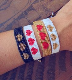 Loom Bracelet Patterns, Bead Loom Bracelets, Bead Loom Patterns, Beading Patterns, Bead Embroidery Jewelry, Beaded Embroidery, Beaded Jewelry, Diy Leather Bows, Bead Loom Designs