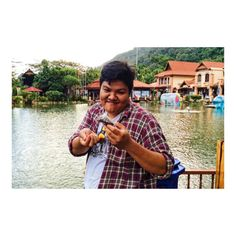 お魚さんとオヤツをシェア(゚Д゚) Even fish food is snack for VentiSize!?  VentiSizeと池で魚に 餌をあげていた時の写真  僕が驚いたのは 魚の餌さえも食べちゃうところ  というのは冗談ですV(_)V  #ランカウイ島 #ランカウイ島サイコーです #マレーシア #マレーシア生活 #魚の餌やり #海外移住 #海外移住インスタグラマー #自然 #自然満喫倶楽部 #自然遊び #自然の恵 #自然の力 #自然が一番 #自然食 #自然豊か #オヤツ #オヤツタイム #オヤツ欲しい #オヤツちょうだい #オヤツの時間 #3時のオヤツ #おやつ #おやつの時間 #おやつちょうだい #おやつtime #おやつ時間 #おやつタイム #3時のおやつ