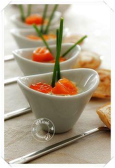 Une petite verrine apéritive: truite fumée, oeufs de truite, pomme, yaourt à la grecque, moutarde douce,