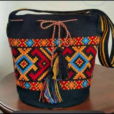 Fotoğraf açıklaması yok. Crochet Chart, Crochet Motif, Crochet Patterns, Tapestry Bag, Tapestry Crochet, Crochet Handbags, Crochet Purses, Ethnic Bag, Crochet World
