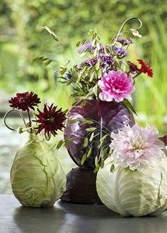 Bloemen in originele vaas: spitskool, witte en rode kool. Hol de kolen uit en plaats er een vaasje of blik in.
