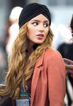 I like the way she's sporting the turban. Makes me wanna give the trend a try. But how??