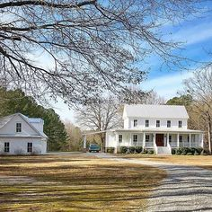 Idyllic white farmhouse with classic red door covered porch and made complete with an old farm truck. (Photo credit Homes By Hank) 😉 🏡🌳🐓🌱🌼🍃🌻🌿🌸🌾🚜☀️❤. White Farmhouse, Modern Farmhouse Style, Farmhouse Plans, Southern Farmhouse, Dream House Exterior, Dream House Plans, My Dream Home, Dream Homes, House Exteriors